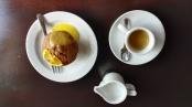 Káva, muffin s pomerančovým přelivem
